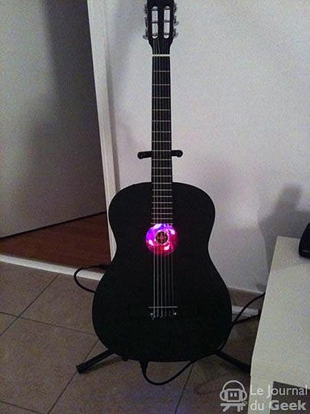 La chitarra che funge da pc !!