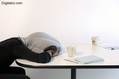 Ecco la soluzione per dormire in ufficio e sui banchi di scuola !!!