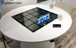 Panasonic presenta il primo tavolo che carica vari dispositivi