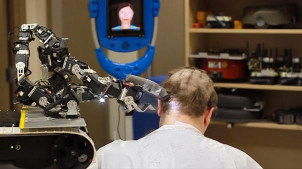 Il primo robot – parrucchiere